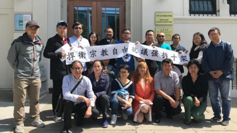 舊金山「華人基督徒公義團契」成員中國領事館前抗議中共河南當局迫害基督徒(劉貽提供)