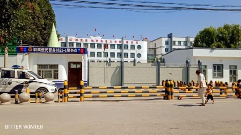 察布查爾縣第三中學改造後的轉化中心大門和警務點