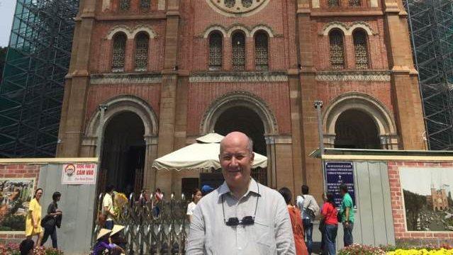 馬西莫·英特羅維吉(Massimo Introvigne)在越南胡志明市西貢聖母聖殿主教座堂門前