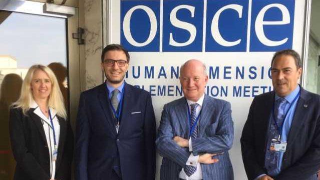 馬西莫·英特羅維吉(Massimo Introvigne)、來自非政府組織——社團及個人良心自由協會的克里斯汀·米瑞(Christine Mirre)和迪埃里·瓦萊(Thierry Valle)以及人權律師亞歷克斯·阿米卡雷利(Alex Amicarelli)參加華沙歐安會議